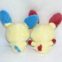 На картинке мягкая игрушка покемон «Плюсл и Минусл» (Покемон), вид сзади, 2 варианта.