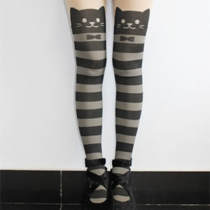 На картинке полосатые колготки с кошками, вид спереди.