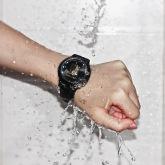 На картинке наручные часы Атака титанов, общий вид, цвет черный.