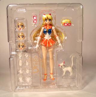 На картинке фигурка Сейлор Венера (Sailor Venus) — Сейлормун, вид спереди в упаковке.