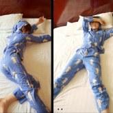 На картинке пижама «Атака титанов», вид спереди и сбоку.