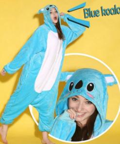 На картинке пижама-кигуруми «Коала» (2 варианта), детали и вид сбоку, цвет голубой.