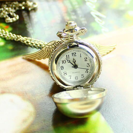 На картинке часы «Снитч» (Гарри Поттер), в раскрытом виде.