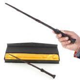 На картинке волшебная палочка Гарри Поттера из фильма «Гарри Поттер», общий вид.