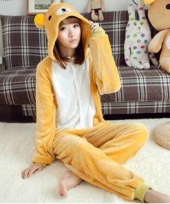 На картинке пижама-кигуруми медведь «Рилаккума» (Rilakkuma), общий вид.