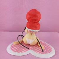 На картинке фигурка Супер Сонико (Super Sonico) в рождественской накидке, вид сзади.