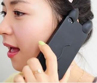 На картинке силиконовый чехол с ушками на айфон 4-4S-5-5S (iPhone) фото, общий вид, вариант черный.