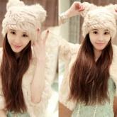 На картинке зимняя меховая шапка с кошачьими ушками (ушами), вид спереди, цвет белый.
