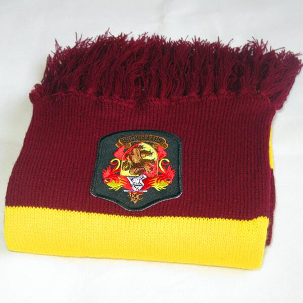На картинке шарф Гриффиндора (Гарри Поттера), детали.