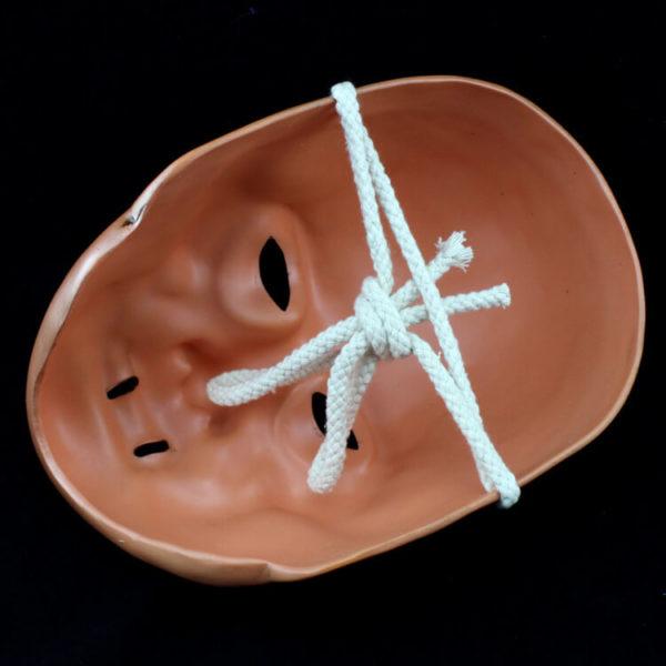 На картинке маска Пожирателя смерти (Гарри Поттер), вид сзади.