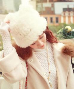 На картинке зимняя меховая шапка с кошачьими ушками (ушами), общий вид, цвет белый.