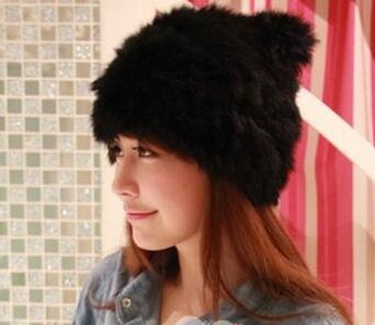 На картинке зимняя меховая шапка с кошачьими ушками (ушами), вид сбоку, цвет черный.