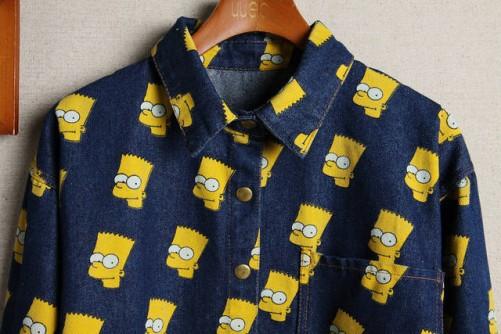 На картинке рубашка с Бартом Симпсоном, детали, цвет синий.