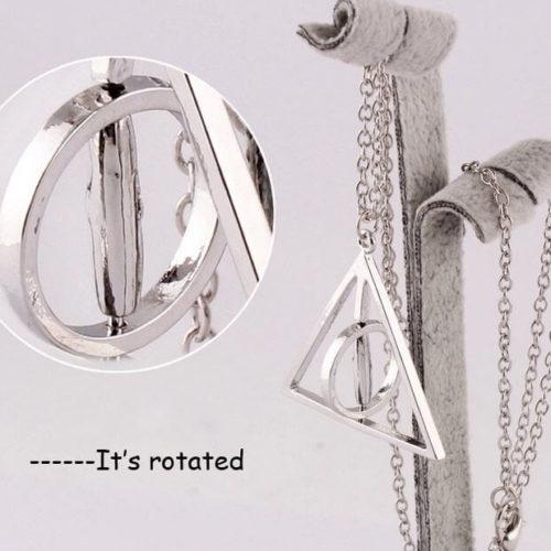 На картинке кулон-подвеска со знаком «Даров смерти» (Гарри Поттер), цвет серебряный, детали.