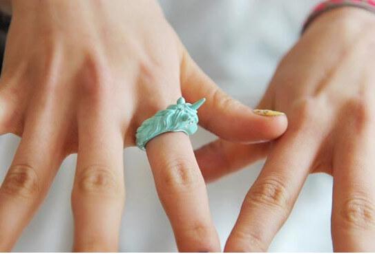 На картинке кольцо «Единорог» (4 цвета), общий вид, цвет мятный.
