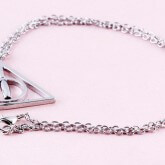 На картинке кулон-подвеска со знаком «Даров смерти» (Гарри Поттер), цвет серебряный.