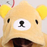 На картинке пижама-кигуруми медведь «Рилаккума» (Rilakkuma), детали.