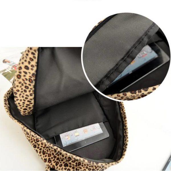 На картинке леопардовый рюкзак с ушками (ушами), в раскрытом виде.