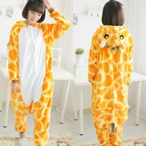 На картинке пижама-кигуруми «Жираф», вид спереди и сзади.
