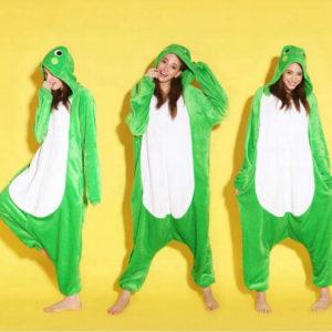 На картинке пижама-кигуруми «Лягушка», вид спереди.