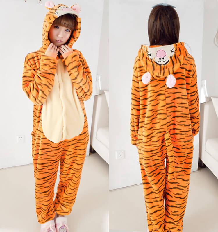 На картинке пижама-кигуруми «Тигра» из Винни-Пуха (Disney), вид спереди и сзади.