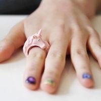 На картинке кольцо «Единорог» (4 цвета), общий вид, цвет розовый.