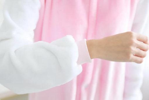 На картинке пижама-кигуруми «Hello kitty» (Хелло китти) 2 варианта, детали, вариант 2.