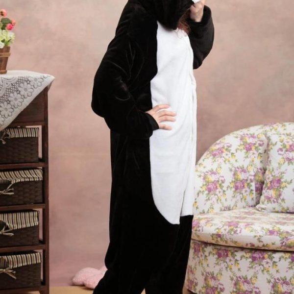 На картинке пижама-кигуруми «Пингвин», вид сбоку.
