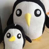 На картинке мягкая игрушка пингвин Гантер (Время приключений) Adventure time, вид спереди.