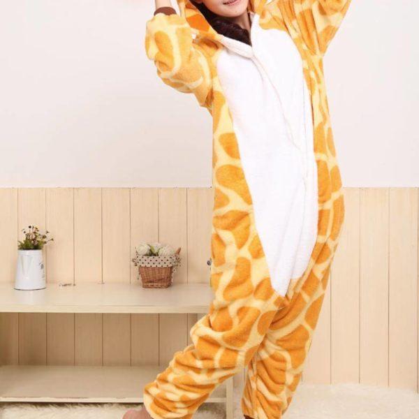 На картинке пижама-кигуруми «Жираф», вид спереди.