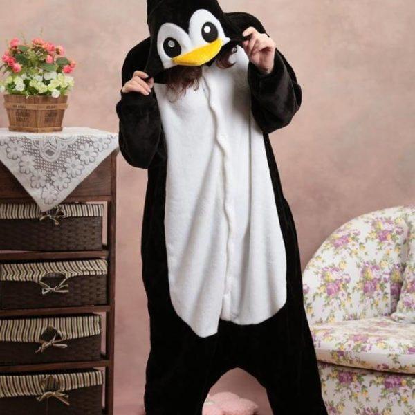 На картинке пижама-кигуруми «Пингвин», вид спереди.