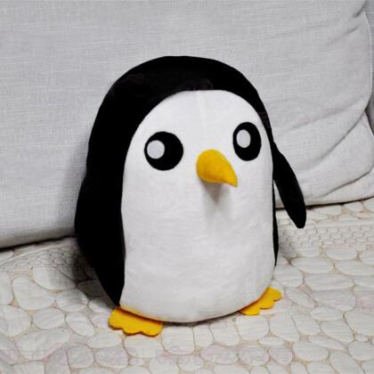 На картинке мягкая игрушка пингвин Гантер (Время приключений) Adventure time, общий вид.