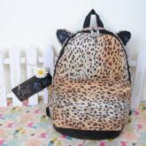 На картинке леопардовый рюкзак с ушками (ушами), вид спереди.