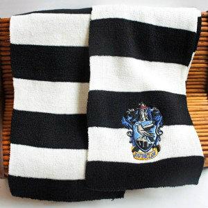 На картинке шарфы факультетов Хогвартса (Гарри Поттер), общий вид, вариант Когтевран (Рэйвенкло).