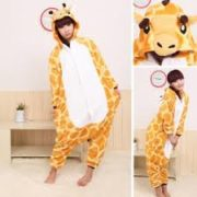 На картинке пижама-кигуруми «Жираф», вид с разных сторон.