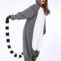 На картинке пижама-кигуруми «Лемур», вид сбоку.