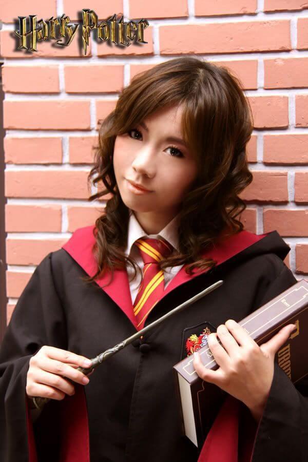 На картинке школьная форма «Гриффиндора» (Гарри Поттера) — Мантия и галстук, общий вид.