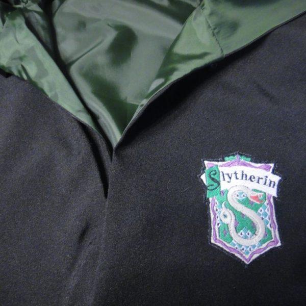 На картинке школьная форма «Хогвартса» (Слизерин) — Мантия и галстук, детали.