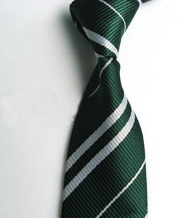 На картинке галстук Слизерина (Хогвартса).