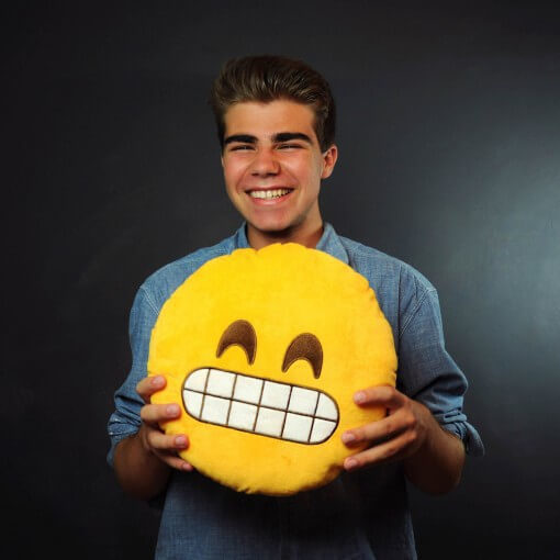 На картинке подушка в виде смайликов (смайлов) 9 вариантов, вид спереди, вариант Широко улыбающийся.