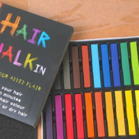 На картинке цветные мелки для окрашивания волос.