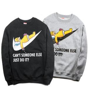 На картинке свитшот с Гомером Симпсоном (Simpsons), вид спереди, 2 варианта, цвета черный и серый.