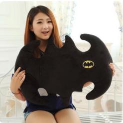 На картинке подушка «Бэтмен», общий вид.