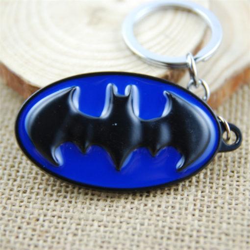 На картинке брелок «Бэтмен», крупный план, цвет синий.