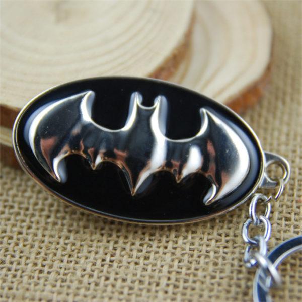 На картинке брелок «Бэтмен», крупный план, цвет черный.