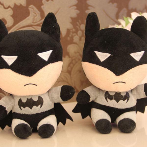 На картинке мягкая игрушка «Бэтмен», вид спереди.