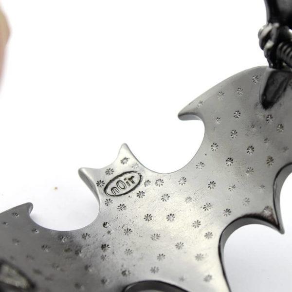 На картинке браслет «Бэтмен», детали.
