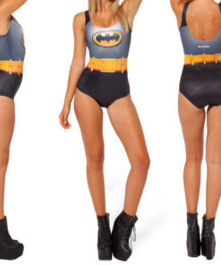 На картинке купальник «Бэтмен», вид сбоку, спереди и сзади.