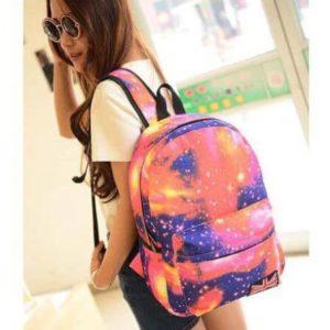 На картинке рюкзак с космическим принтом (принтом космос) 4 варианта, общий вид, вариант розовый.