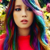 На картинке цветные мелки для окрашивания волос, вид на волосах.